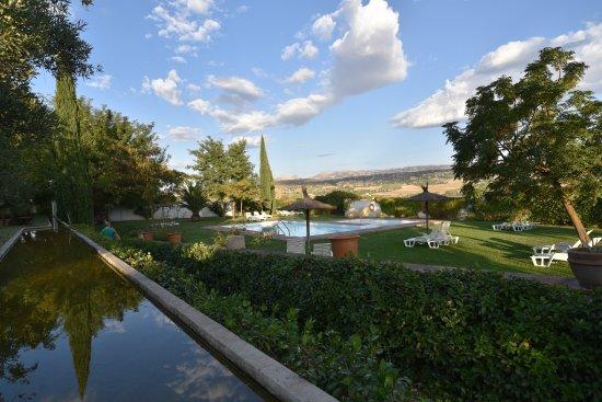 Hotel Molino del Arco: Jardin et piscine