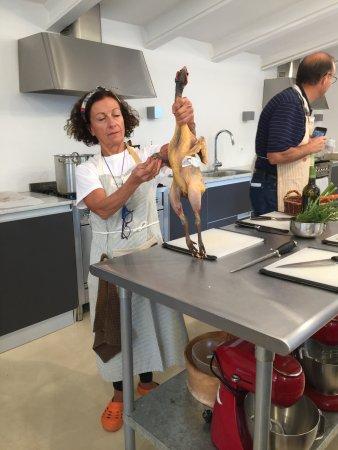 Castiglione del Lago, Italien: Preparing the Faraona for the pan and pot