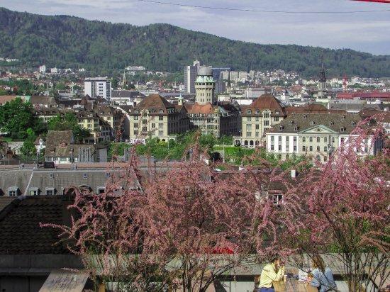 UBS Polybahn: Vista do terraço do Instituto Federal de Tecnologia de Zurique