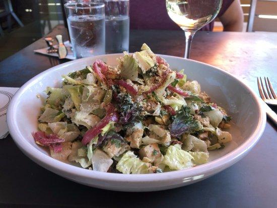 Claremont, Καλιφόρνια: Chopped Chicken Salad - with caramelized onions