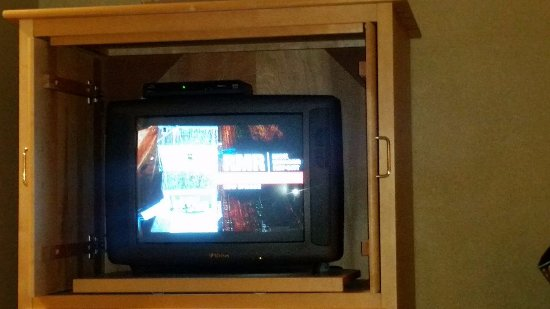 Glenghorm Beach Resort: Cathode Ray Tube TV - HD channels on a TV that doesn't support them. - second room