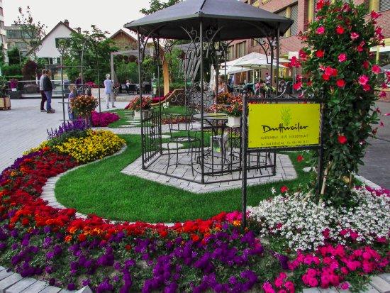 Hotel Welcome Inn : Praça em Kloten, em frente ao hotel