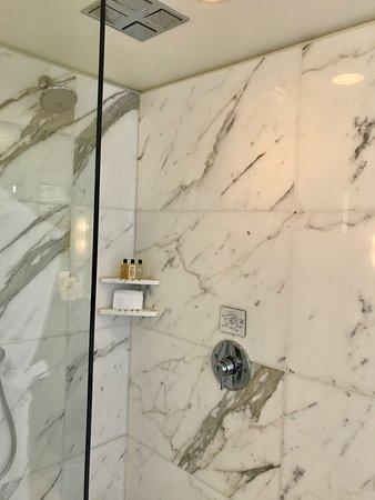Shangri-La Hotel, Vancouver: Shower - Deluxe One Bedroom Suite