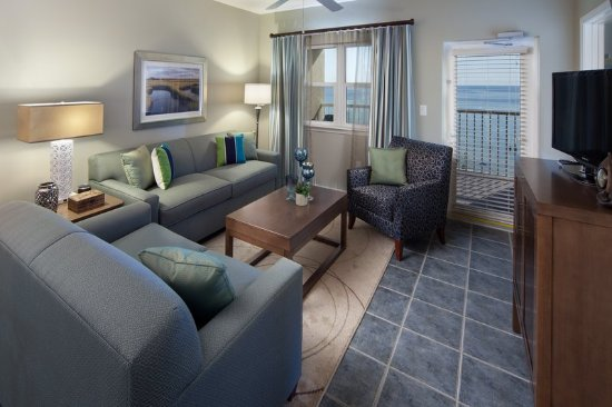 Holiday Inn Club Vacations Panama City Beach Resort: Separate living room with pullout sleeper sofa