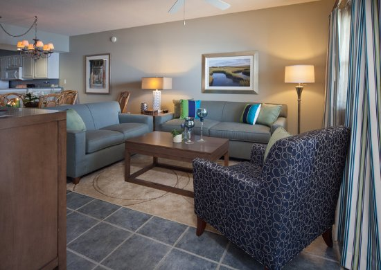 Holiday Inn Club Vacations Panama City Beach Resort: Separate living area with pullout sleeper sofa and tv to enjoy