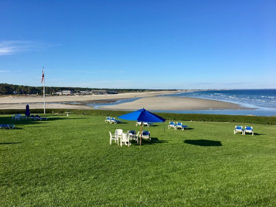 The Beachmere Inn: Beach view from front lawn.