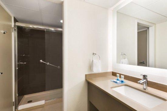 HYATT house Charlotte Airport: Guest Suite Bathroom