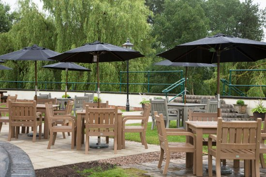Riverside Hotel: Patio Area With Tables