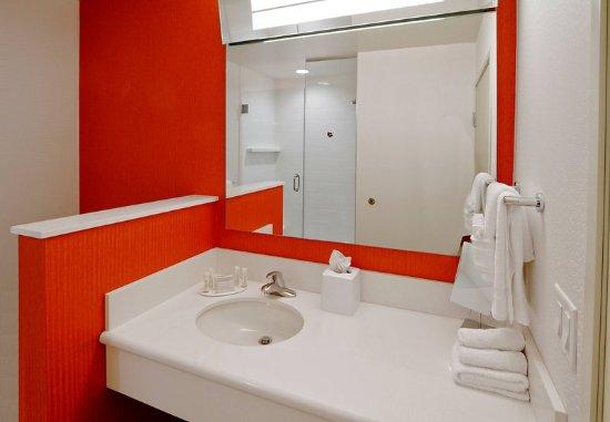 Courtyard By Marriott Nashville Green Hills: Guest Bathroom Vanity