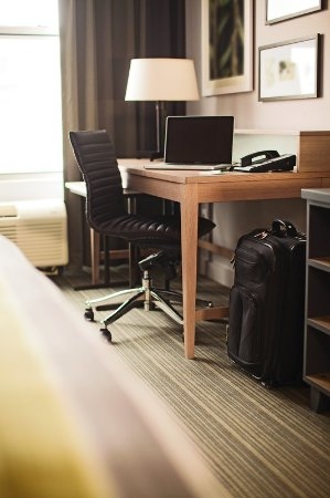 Country Inn & Suites Fond Du Lac Guest Room Desk