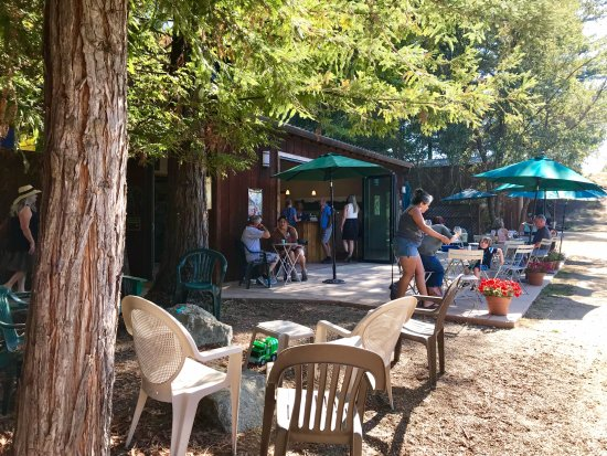Corralitos, CA: The patio for tasting and picnic