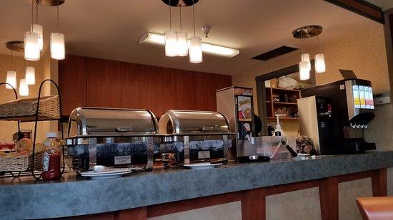 Ramada by Wyndham Nanaimo: Breakfast Room - good variety of hot & cold food options.