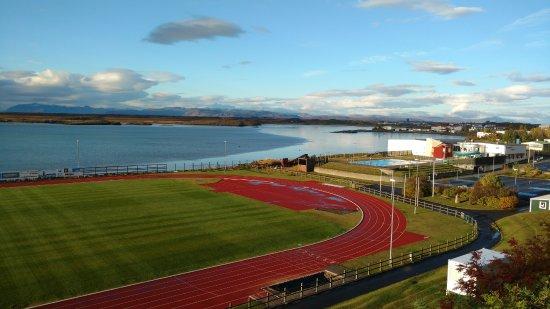 Borgarnes, Island: La piscina a la derecha de la pista de atletismo.