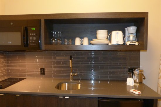 Mark Spencer Hotel: Kitchen area with sink and dishes. Pots and pans are in the cabinets below.