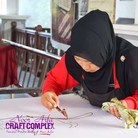 Kuala Terengganu, Μαλαισία: Demonstration Batik Chanting - you can see how our artist make the batik live