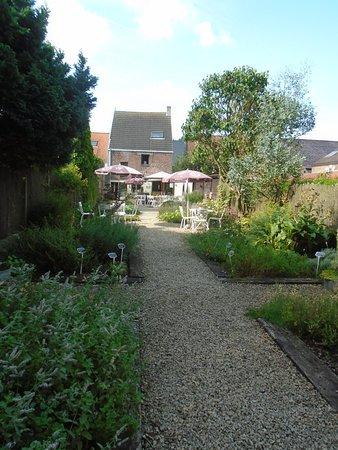 Jabbeke, Belgien: De kruidentuin met op de achtergrond het terras