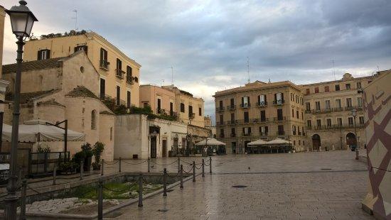 Piazza del Ferrarese: vista in mattinata