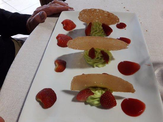 Herbignac, France: Craquants à l'amande, crème légère à la pistache et ses fraises