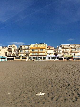 Apartamentos Dona Lucia: Taget fra stranden imod hotellet