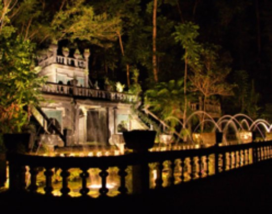 Mena Creek, Australia: This is a beautiful picture of the castle at night