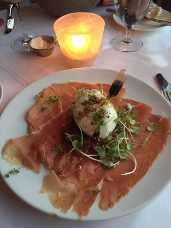 East Quogue, Estado de Nueva York: Appetizer - Burrata Cheese and Ham with Microgreens