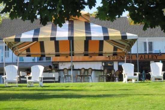 Suttons Bay, MI: Outdoor tasting bar