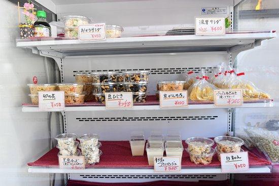Junian : お豆腐だけでなく、お惣菜も人気です。