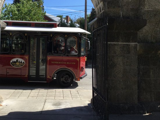 New Bern Tours & Convention : Trolley waiting at the cemetery gates.