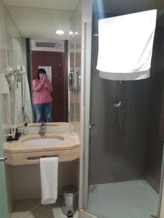 Luxe Hotel by Turim Hoteis: salle de bain petite propre et fonctionnel