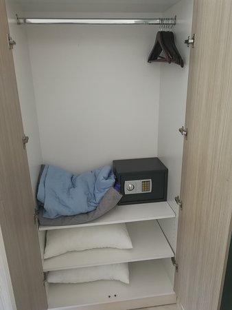 Sehr kleiner Kleiderschrank. Der Safe war nicht fest installiert ...