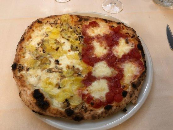 Le Maschere: pizza 2 gusti: margherita con bufala e bianca con funghi e patate