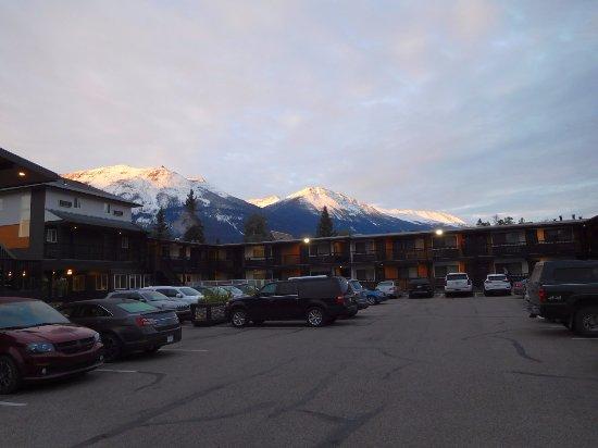 Mount Robson Inn: 駐車場からの眺め