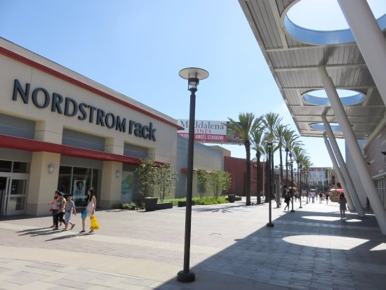 Pleasant shopping at The Outlets at Orange (16/Aug/17).