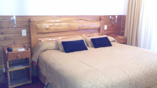 Hotel Villa Huinid Bustillo: Cama dormitorio
