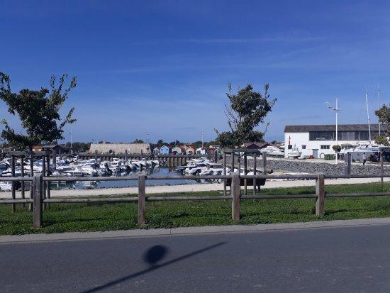 Saint-Pierre-d'Oléron, France : Vue imprenable sur le port