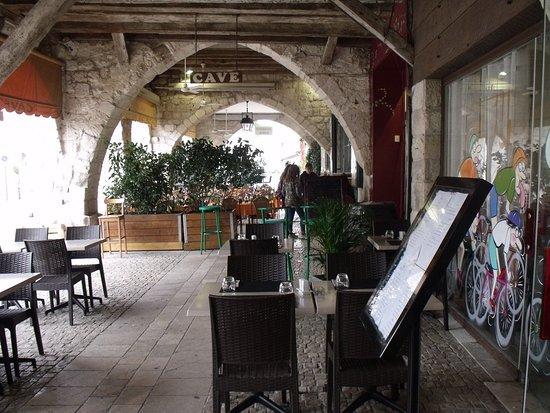 Eymet, France: sous les arches au restaurant extérieur de l'aparthée