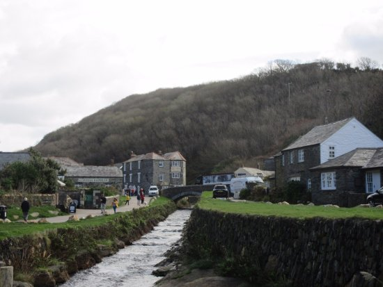 Boscastle Visitors Centre: Walk from car park to visitors centre