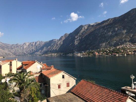 Muo, Μαυροβούνιο: Aussicht von der Terrasse auf die Bucht von Kotor