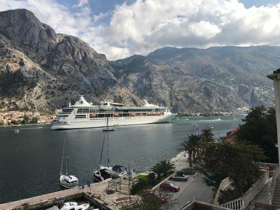 Muo, Μαυροβούνιο: Aussicht von der Terrasse in Richtung Kotor
