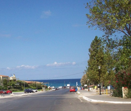 Daratsos, Yunanistan: Road down to Chrissi Akti Beach