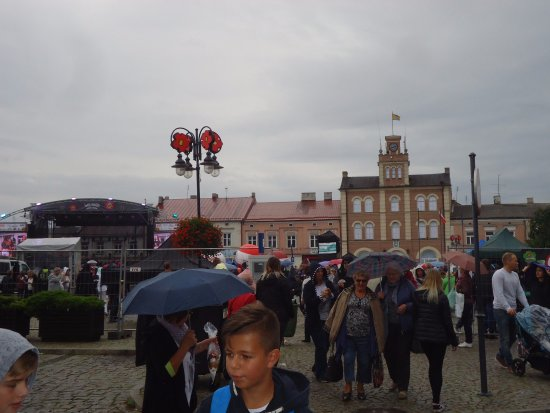 Skierniewice, Poland: Rynek z estradą w trakcie święta kwiatów ,owoców i warzyw - 16.09.17 .