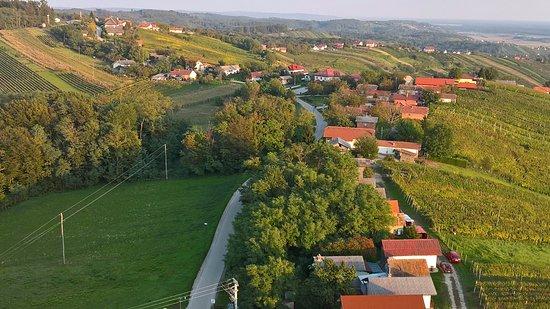 Lendava, Slovenia: Borházak és pincék a hegytetőn a kilátóból