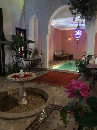 Riad Alwane: Innenhof mit Swimming Pool.