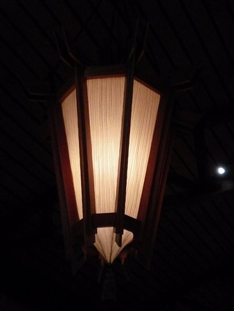 Fremont, CA: Decorative light on the restaurant ceiling