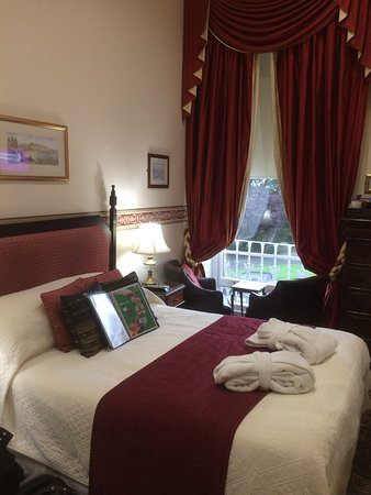 Mansion House Scarborough: This was our room with table and chairs overlooking the sea