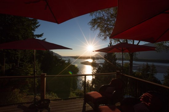 The Fraser River's Edge B&B Lodge: View and deck