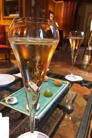 Saulieu, France: Champagne au salon