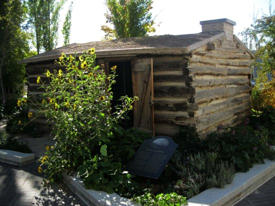 Church History Museum : Deuel Cabin, one of the first built in the original Salt Lake fort