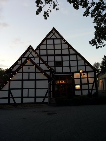 Lauenau, Germany: Restaurantgebäude in der Dämmerung