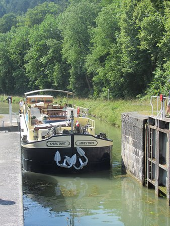 Saint-Jean-de-Losne, França: Tight squeeze into the locks